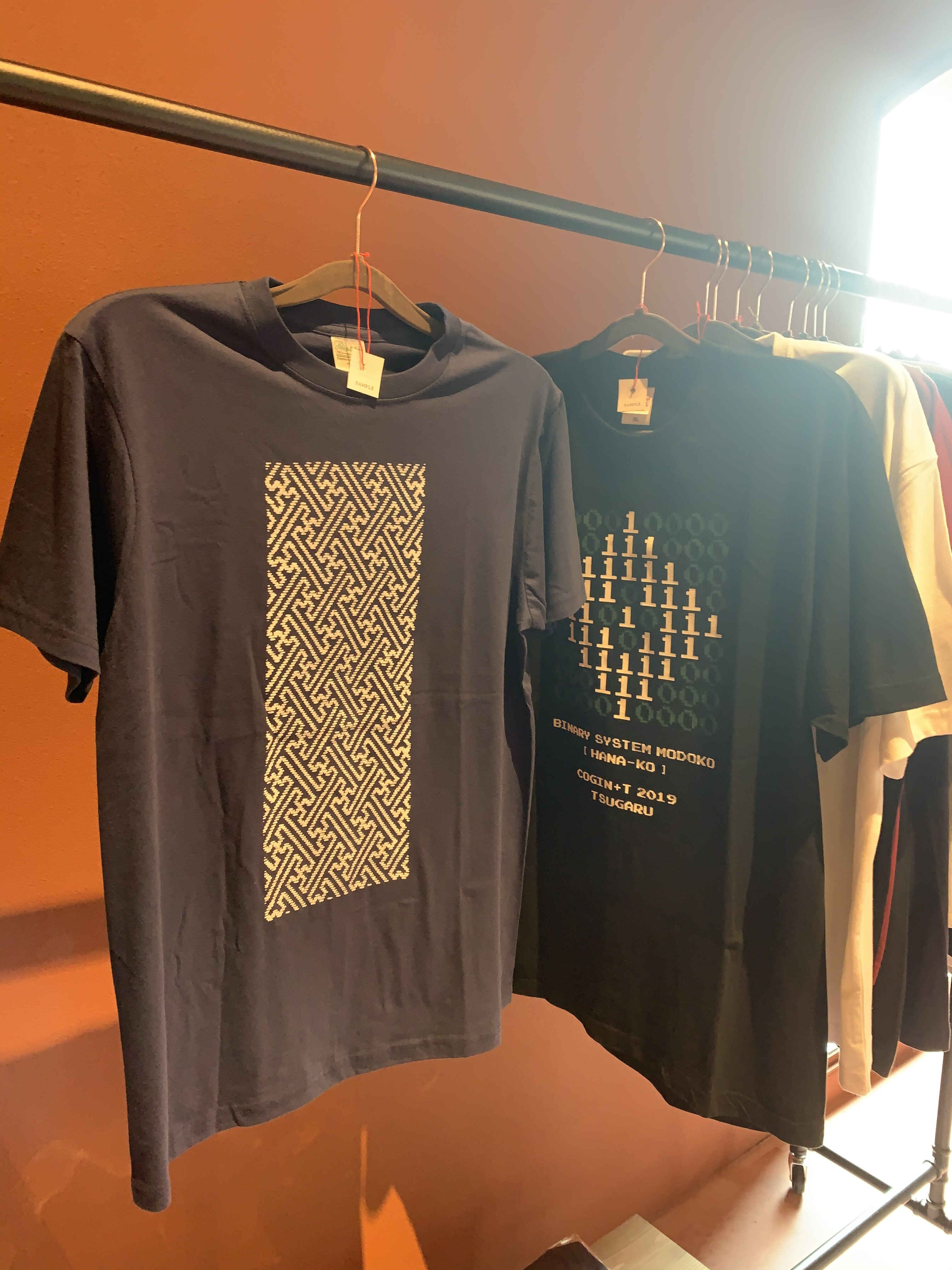 弘前れんが倉庫美術館のミュージアムショップにてcogin+TのTシャツを購入いただけます